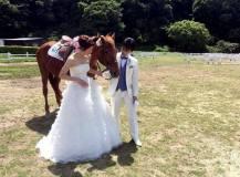 可愛いお馬と一緒に洋装ドレス前撮りロケ