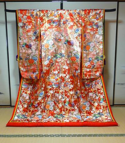 滋賀の結婚式で十二単調の和装色打掛レンタルも格安