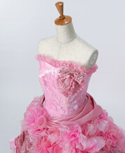 ショッキングピンク色のカラードレス