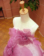 立体的な花模様のカラードレスも人気の滋賀ブルースター