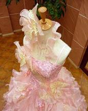 ピンク色のカラードレス